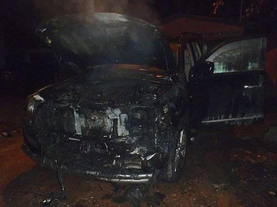 Автомобиль Тойота Land Cruiser горел ночью вВолгограде