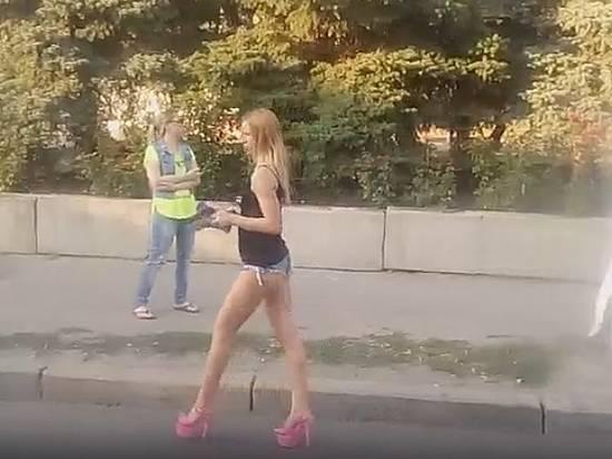 Девушки в коротких шортах стриптиз..