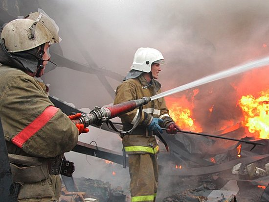 Под Волгоградом как минимум 15 человек эвакуировали из-за пожара вжилом доме