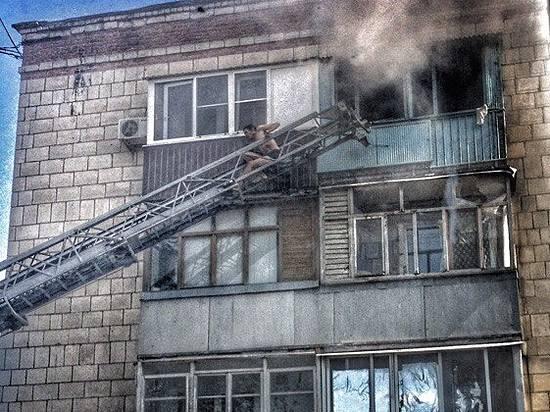 ВДзержинском районе Волгограда пожарные спасли мужчину сбалкона горящей квартиры